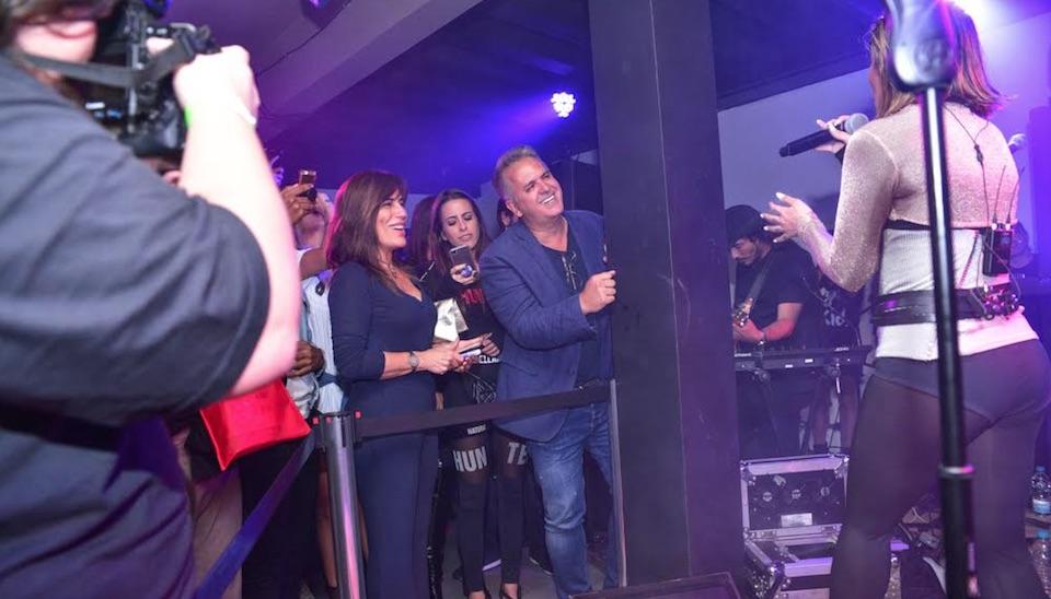 Bastante emocionada, Glória Pires permaneceu bastante atenta ao longo do show da filha, que apresentou-se apenas como Cleo