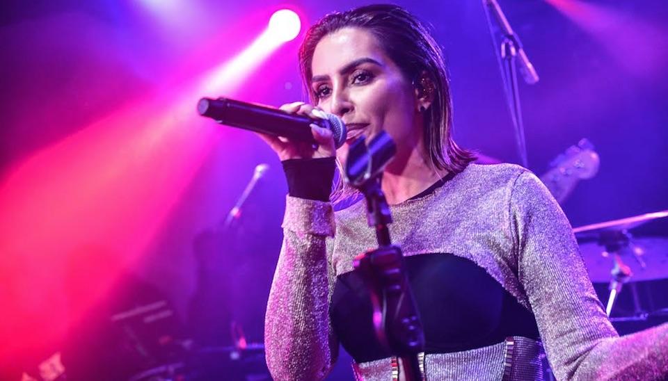 """""""Todo mundo muito feliz"""", comemorou ao falar sobre sua estreia soltando a voz no palco"""
