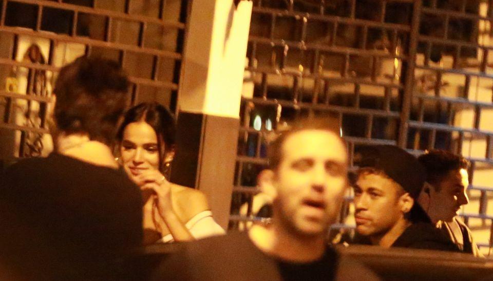 Depois de passarem o dia juntos, os dois curtiram também o fim de noite grudadinhos em um restaurante japonês no Leblon