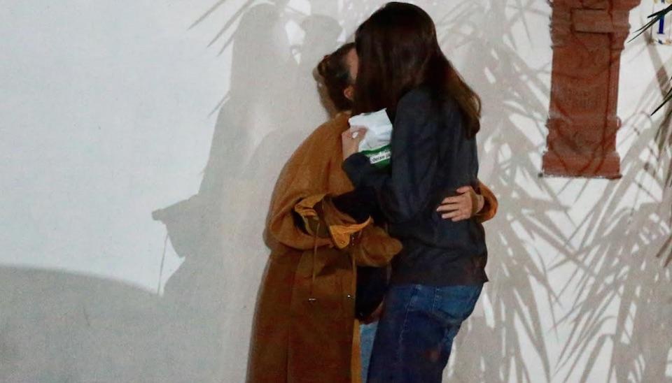 Bruna e Priscila trocaram beijos apaixonados e caminharam sorridentes após deixarem o restaurante