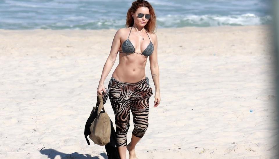 Aos 46 anos, Rita Guedes esbanja boa forma em cliques de biquíni na praia em dia de sol no RJ