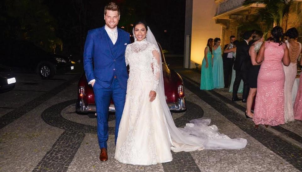Vice-campeã do BBB 15, Amanda Djehdian oficializou a união com o empresário Mateus Hoffmann na noite de sábado (14), em cerimônia na Igreja Apostólica Armênia São Jorge, em São Paulo