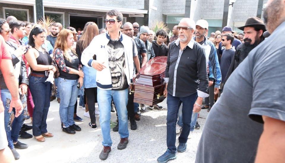 O corpo do funkeiro Mr. Catra foi enterrado na manhã desta terça-feira (11), em cemitério na zona oeste do Rio de Janeiro