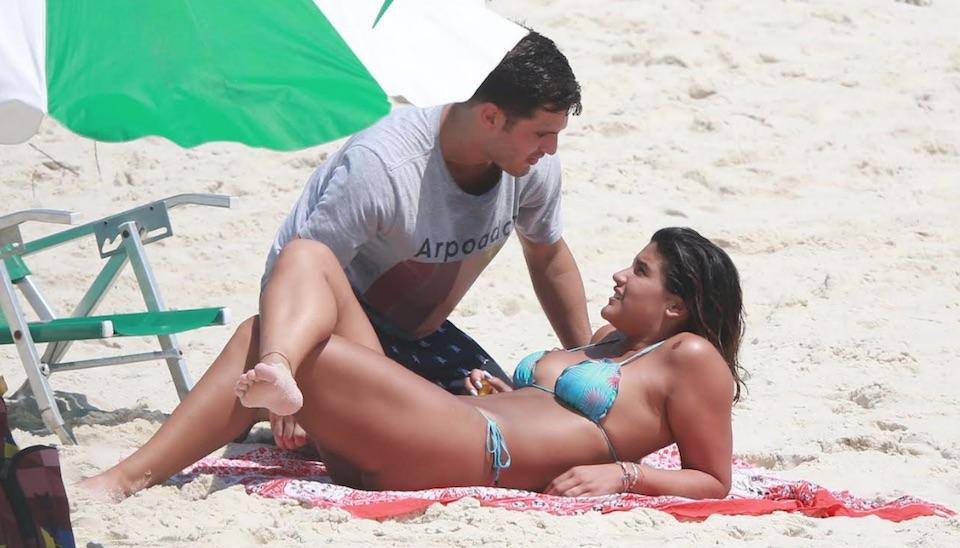 """Filha de Flávia Alessandra, Giulia Costa """"turbinou"""" o bronze e beijou muito nesta quinta-feira (27) na praia da Barra da Tijuca, no Rio de Janeiro"""