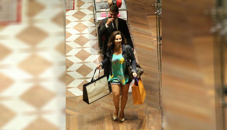 Se não é para ostentar, eu nem quero! Viviane Araújo curtiu dia de compras em shopping na zona oeste do Rio de Janeiro com direito a champanhe, muitas sacolas e pernões à mostra