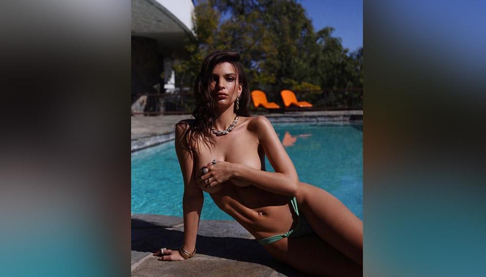 De topless, mas fazendo a discreta na beira da piscina