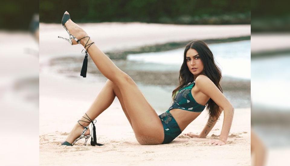"""Sentada na praia com bumbum engana mamãe, Thaila Ayala esticou uma das pernas e revelou parte do """"bumbum empanado"""" em foto publicada em seu perfil no Instagram"""