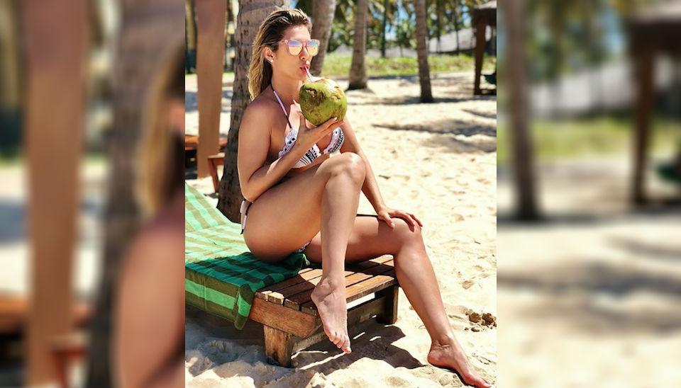 Lívia Andrade garante que abriu mão da dieta e abandonou os treinos na academia este ano, mas continuou mostrando que está com o corpão em dia em fotos de biquíni postadas nas redes sociais. Isso é genética boa?