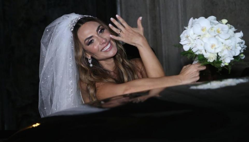 Nicole Bahls e Marcelo Bimbi subiram ao altar na noite de terça-feira (4), no Rio de Janeiro, em casamento ostentação celebrado pelo Padre Fábio de Melo e com convidados famosos