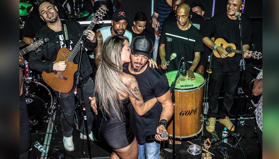 E agora, Gracyanne Barbosa? A modelo Aline Uva voltou aos holofotes nesta sexta-feira (7) por agarrar o cantor Belo durante um show