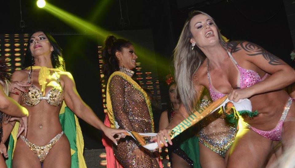 A modelo já havia se envolvido em polêmica no Miss Bumbum por roubar a faixa da candidata vencedora após o anúncio final. Aline (biquíni rosa) também concorria ao prêmio e se frustrou com a derrota