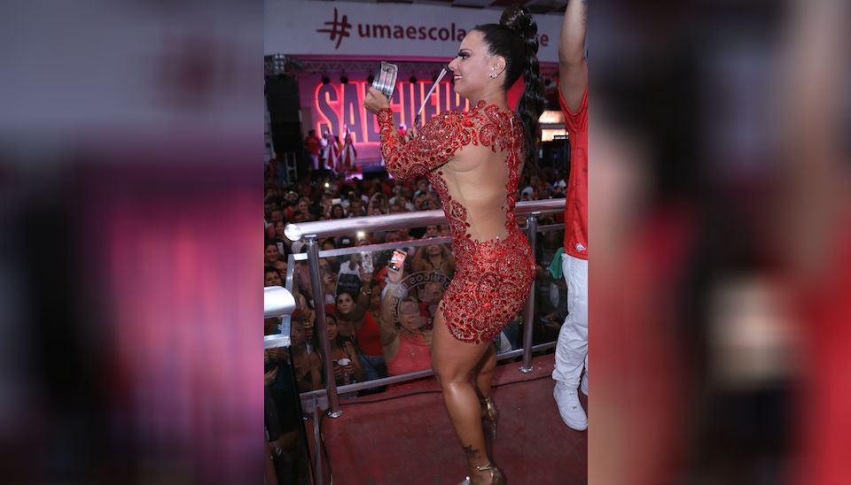 """Viviane Araújo caprichou no look ao prestigiar ensaio do Salgueiro na noite de sábado (22). Com vestido vermelho transparente, a rainha de bateria cobriu apenas o """"essencial"""""""