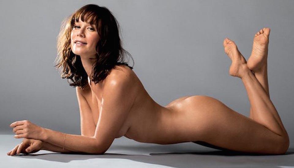 """Aos 37 anos, Mariana Ximenes foi a estrela de ensaio nu para uma revista e exibiu a silhueta magérrima. À época, ela afirmou que relaciona nudez """"com liberdade, não com inseguranças"""": """"Aceito meu corpo e uso ele como meu instrumento de trabalho"""""""