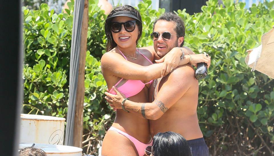 Thammy Miranda curtiu o domingo (30) na praia com a esposa, Andressa Ferreira, (com direito a mão boba) e a apresentadora Antônia Fontenelle. O trio foi flagrado na Barra da Tijuca, no Rio.