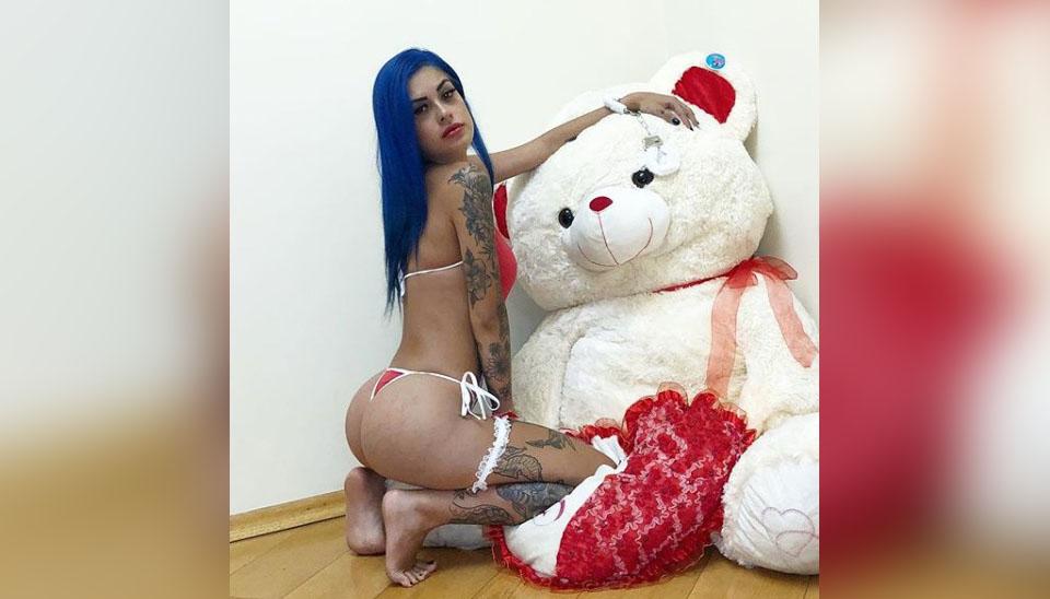 Tati Zaqui mostrou para seus seguidores do Instagram que não faz o estilo basiquinha na hora de escolher uma lingerie! A funkeira de cabelos azuis sempre compartilha fotos de seus trajes íntimos ousados e recebe centenas de elogios