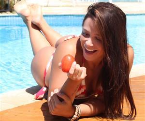 Ex-dançarina do grupo Trio Los Angeles, Carol Porcelli empina bumbunzão ao morder fruta