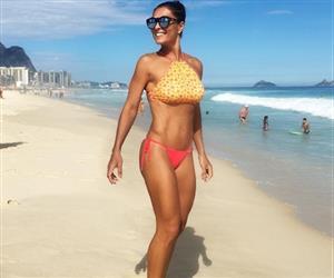 """Juliana Paes completa 38 anos e prova que deixa novinhas """"no chinelo"""""""