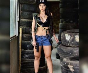 """""""Musa dos Nerds"""" e capa da Playboy, Nyvi Estephan tira sono de seguidores com fantasias em fotos"""