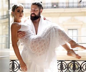 Carol Narizinho posa de 'noiva sexy' e mostra calcinha fio dental branca