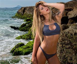 "Julia Corson: Conheça a loira apelidada de ""Barbie Rabiscada"" devido ao ser corpo rasgado e tatuado"