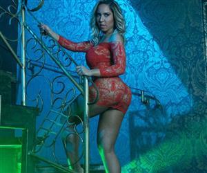 Mulher Melão grava clipe com lingerie vermelha e diz que seu novinho tem pernas grossas e tanquinho