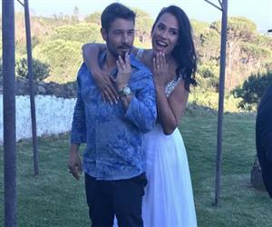 Ex-BBB Kelly Medeiros se casa com empresário em Portugal