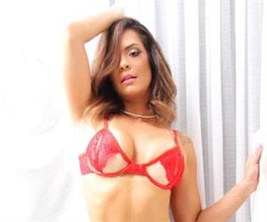 Musa fitness Denise Dias provoca em ensaio sensual com lingerie vermelha