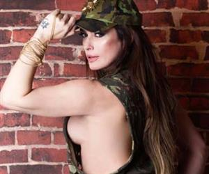 Com look militar, Núbia Óliiver posa com roupa curtíssima e arranca suspiros