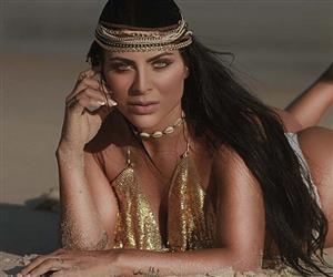 """Dona do maior bumbum da Espanha, modelo com 100 cm de glúteo """"causa"""" em ensaio sensual na praia"""