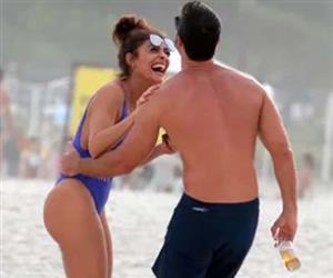 De maiô cavado, Juliana Paes 'ganha' mão boba do marido em dia de praia