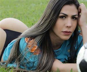 """""""Musa do Flamengo"""" Cássia Figueiredo exibe bumbum descomunal em fotos de fio-dental"""