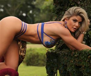 Aos 36 anos, Viviane Bordin exibe corpo perfeito em fotos com lingerie transparente