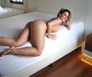 Ex-coelhinha da Playboy posa nua em ensaio arrebatador