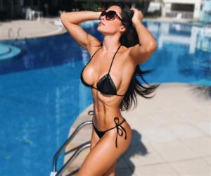 Fernanda D'avila exibe corpo rasgado e revela que era complexada por ser muito magra