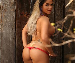 "Natália Rios posa só de biquíni e decreta: ""A parte do meu corpo que eu mais gosto é o bumbum"""