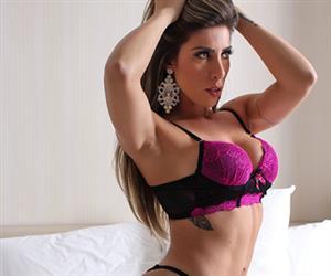 Tati Minerato exibe bumbum imenso ao posar com lingerie provocante