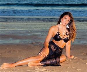 Surfista portuguesa posa com biquíni brasileiro e exibe corpo enxuto