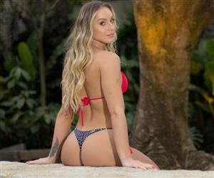 "Monick Camargo ostenta ""bumbum mais bonito da história dos reality shows"""
