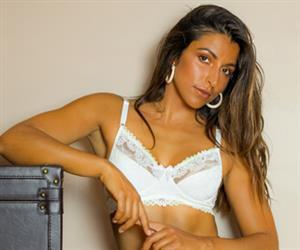 Apresentadora portuguesa Cláudia Pinto posa com lingerie bem brasileira