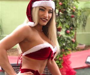 Musas entram no clima de Natal e mostram (quase) tudo em ensaio à la Mamãe Noel