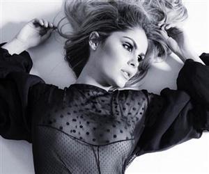 Bárbara Evans exibe seios sob roupa transparente em ensaio para revista