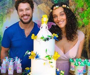 Débora Nascimento e José Loreto recebem famosos no chá de bebê da filha