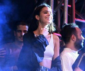 Bruna Marquezine dança no palco em show de Anitta e exibe corpo esbelto