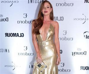 Marina Ruy Barbosa ousa com decotão e famosas surgem estilosas em premiação