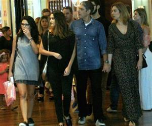 De mãos dadas com namorada, William Bonner passeia com as filhas em shopping