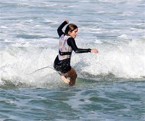 """Isabella Santoni leva """"caldo"""" em dia de surfe na Praia da Macumba"""