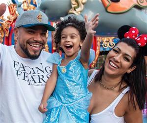 Após reatarem o casamento, Mulher Moranguinho e Naldo viajam com filha para os EUA