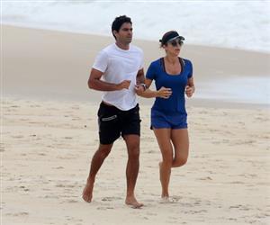 Grazi Massafera se exercita na praia com namorado e encontra a filha, Sophia