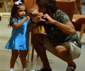 Filha de Deborah Secco esbanja fofura em passeio com pai em shopping no RJ