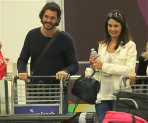 Fátima Bernardes chega ao RJ com Túlio Gadêlha após premiação nos EUA